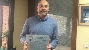 El Club Piragüismo Cuenca con Carácter entrega una placa a Luis Garijo  de la Confederación Hidrográfica del Júcar