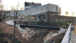 Los jóvenes de Cabanillas serán los encargados de inaugurar la nueva pasarela peatonal sobre el arroyo