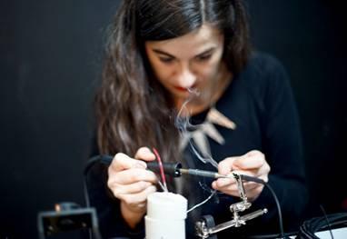 Ainara LeGardon presenta en el Museo Francisco Sobrino la performance sonora Ecosistemas sonoros piensan, aprenden