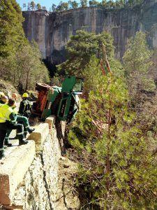 Los bomberos rescatan a un camionero que ha quedado colgado de un precipicio en Beteta