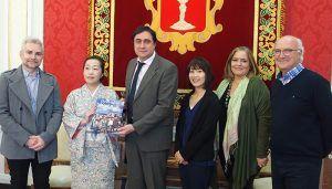 Mariscal recibe a la profesora de la Universidad de Estudios Extranjeros de Kioto, Reiko Tateiwa