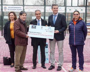 Román hace entrega de cheques benéficos a Cáritas y a la Asociación Española contra el Cáncer
