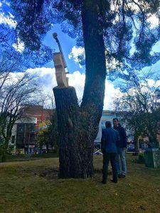 Un violonchelo esculpido en un tronco seco de La Concordia, como homenaje a los músicos de Guadalajara
