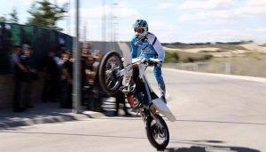 Cruz Roja Cuenca celebra el  Día Mundial de la Salud con acrobacias con moto