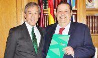 El presidente de las Cortes de Castilla-La Mancha recibe la Memoria Anual de Eurocaja Rural