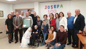 José Manuel Latre felicita en Alovera a Josefa Moratilla por su 100 cumpleaños