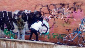 La Policía Local de Cuenca sorprende a dos personas realizando pintadas en una pared sin autorización