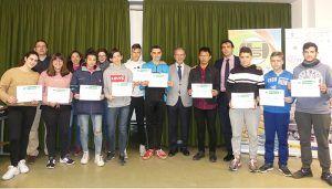 """Los alumnos de """"Un día en la empresa"""" reciben su reconocimiento por participar en esta actividad organizada por CEOE Cuenca"""