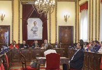 El pleno del Ayuntamiento de Guadalajara ha aprobado las tres modificaciones presupuestarias que posibilitarán que se puedan conceder subvenciones culturales y deportivas, a pesar de la no aprobación de los Presupuestos Municipales para 2019. También permitirán que se haga efectiva la subida salarial de los funcionarios del Ayuntamiento, conforme a la nueva Relación de Puestos de Trabajo. Las tres modificaciones de crédito han sido aprobadas con los votos favorables del Partido Popular, la abtención del PSOE, Ahora Guadalajara y Ciudadanos. El teniente de alcalde y concejal de Economía y Hacienda, Alfonso Esteban, ha explicado que con estas modificaciones de crédito se dará cobertura a determinados gastos que, como consecuencia de la prórroga del presupuesto de 2018, no cuentan con los créditos necesarios: diversas convocatorias de subvenciones de carácter social, educativo, socio-sanitario… que afectan a colectivos como mayores, jóvenes, mujeres… de la ciudad (2.261.872 €); cumplimiento del compromiso alcanzado con los funcionarios del Ayuntamiento derivado de la aprobación de la Relación de Puestos de Trabajo, consistente en la segunda subida del complemento específico (800.000 €); y cobertura a obligaciones de los capítulos II y VI del Presupuesto, derivados de diversos contratos que tiene el Ayuntamiento de Guadalajara para la prestación de los servicios corrientes y la realización de inversiones (1,5 millones). Con ello, la modificación de crédito asciende a un total de 4.567.237,17 €, de los cuales, 3.493.688,06 € se financian con el remanente de tesorería de la liquidación -también aprobada hoy-, y 1.073.549,11 € de la minoración de otras partidas. En cuanto a las modificaciones de los patronatos y dado que tampoco tenían prorrogadas las subvenciones, se han aprobado sendas modificaciones para que las asociaciones culturales y deportivas no se vean perjudicadas por la no aprobación de los presupuestos. En el caso del Patronato de Cultura, se financiarán las s