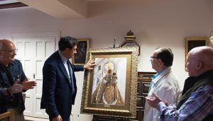 El Ayuntamiento de Cuenca recibe un cuadro de la Virgen de la Luz donado por su Hermandad
