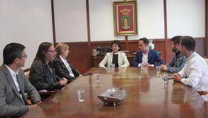 La ministra de Educación en funciones, Isabel Celaá, visita al Ayuntamiento de Cabanillas del Campo