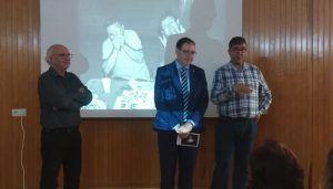 Prieto acompaña a Carlos Morcillo en la apertura de su exposición fotográfica '343 looking at people' en la sede la UNED