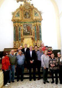 Prieto comprueba con satisfacción la finalización de la restauración del retablo mayor de la iglesia de Portalrubio de Guadamejud