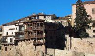 El Ayuntamiento de Cuenca conmemora el Día Mundial del Refugiado iluminando de azul las Casas Colgadas