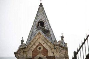 El fuerte viento desprende una de las ventanas del chapitel de la iglesia de El Salvador