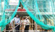 Prieto comprueba el estado de los trabajos de restauración del Retablo Mayor de la Asunción de Gascueña
