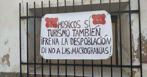 Los pueblos limítrofes a la Villa Romana de Noheda se llanan de pancartas para frenar la macrogranja proyectada