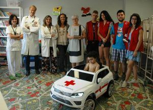 Cruz Roja Española dona al Hospital Universitario de Guadalajara un cochecito eléctrico para que los niños vayan al quirófano o a sus pruebas médicas