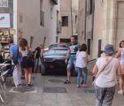 La grúa tiene que rescatar a un coche atrapado en una callejuela bajo los arcos del Ayuntamiento de Cuenca