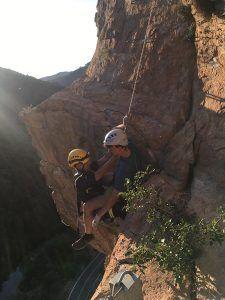 Bomberos de Motilla realizan un rápel de urgencia para rescatar a un joven de la Vía Ferrata de Priego