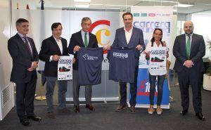 La Cámara de Comercio de Albacete recibe la camiseta de la Carrera Solidaria y traslada su apoyo a la prueba