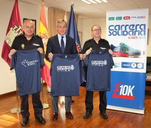 La Jefatura Superior de Policía de CLM recibe la camiseta de la Carrera Solidaria de Albacete
