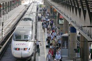 Renfe y Correos firman un acuerdo para facilitar la compra de billetes de tren en oficinas postales