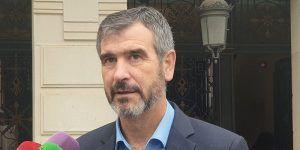 Román lamenta que las tres medidas del gobierno de Alberto Rojo hayan sido subirse el sueldo, colocar a hermanos y aprobar una subida de impuestos