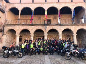 Una caravana de sesenta motos hace escala en Sigüenza siguiendo la Ruta del Cid