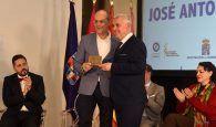 El presidente de la Diputación de Guadalajara entrega el VII Premio de Periodismo Manu Leguineche a José Antonio Guardiola