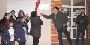 """Un emotivo acto lleno de familiares del homenajeado dota a la Biblioteca de Cabanillas de su nuevo nombre """"León Gil"""""""