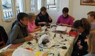 Un grupo de voluntarios crea un belén a partir de cápsulas de café recicladas en El Herrumblar