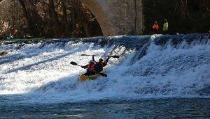 La riada del río Júcar a su paso por Cuenca obliga a la suspensión de la San Silvestre en piragua
