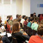 El decano del Colegio explica a los alumnos el funcionamiento de la institución