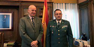 El subdelegado del gobierno en Cuenca recibe al teniente coronel de la Guardia Civil, Mónico Mora, tras su marcha a un nuevo destino