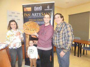 Jorge Molina recibe dos meses de pan gratis de parte de AFEPAN por ser el primer niño nacido en Cuenca en 2020