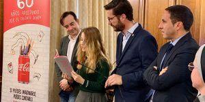 Martínez Chana recibe a la joven conquense ganadora del concurso regional de relatos cortos impulsado por Coca-Cola