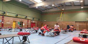 Cruz Roja Guadalajara monta un albergue para personas Sin Hogar en el Polideportivo del Colegio Badiel de la ciudad