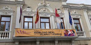 """Vox denuncia """"la imposición ideológica para colocar una pancarta en el balcón del Ayuntamiento que no representa a todas las mujeres de Guadalajara"""""""