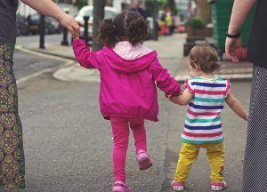 Los psicólogos aconsejan que se programe la salida de los niños a la calle, se les dejen claras las normas de seguridad y que se disfrute de la experiencia
