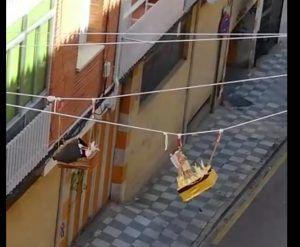 Unos vecinos de Cuenca recrean la más original Procesión del Encuentro que puedas imaginar