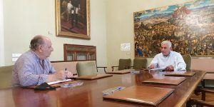 José Luis Vega retoma sus reuniones presenciales con alcaldes y alcaldesas con el primer edil de Horche, Juan Manuel Moral