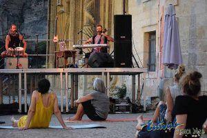 Estival Cuenca comienza con un reducida pero intensa mezcla de yoga y 'cuerpiritu'