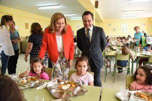 Más de 6.600 alumnos podrán beneficiarse de la beca de comedor este verano gracias al acuerdo de la Junta con 25 ayuntamientos de la región