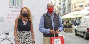 Un centenar de comercios de Cuenca reparten 10.000 bolsas revindicando el talento por encima de la edad, el sexo y el origen