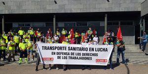 """Unos cien trabajadores y trabajadoras de la plantilla de """"UTE Ambulancias Cuenca"""" se concentran en la puerta del Hospital Virgen de la Luz"""