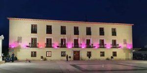El Ayuntamiento de Tarancón se ilumina de rosa con motivo del Día Mundial contra el Cáncer de Mama