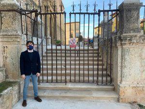 El Partido Popular de Mondéjar exige la reposición de la escalinata original de la lonja de la iglesia