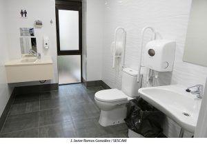 La Junta dota al Hospital Universitario de Guadalajara de un baño adaptado para personas con ostomías
