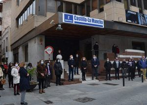 El Gobierno regional guarda un minuto de silencio en Guadalajara en memoria de las víctimas de la violencia de género